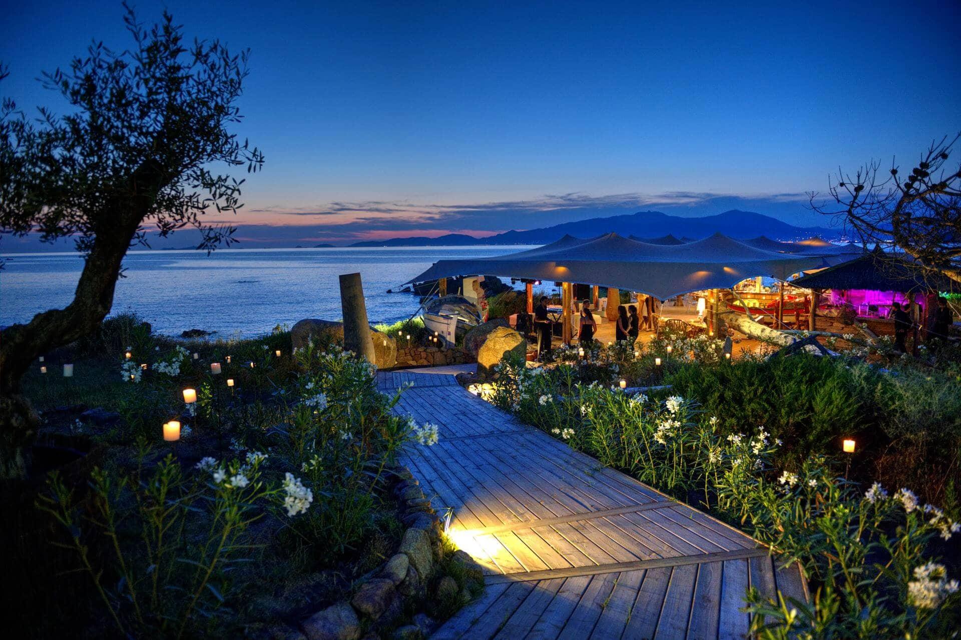 Corse domaine priv de luxe en bord de mer ditesmoioui for Villa avec piscine en corse