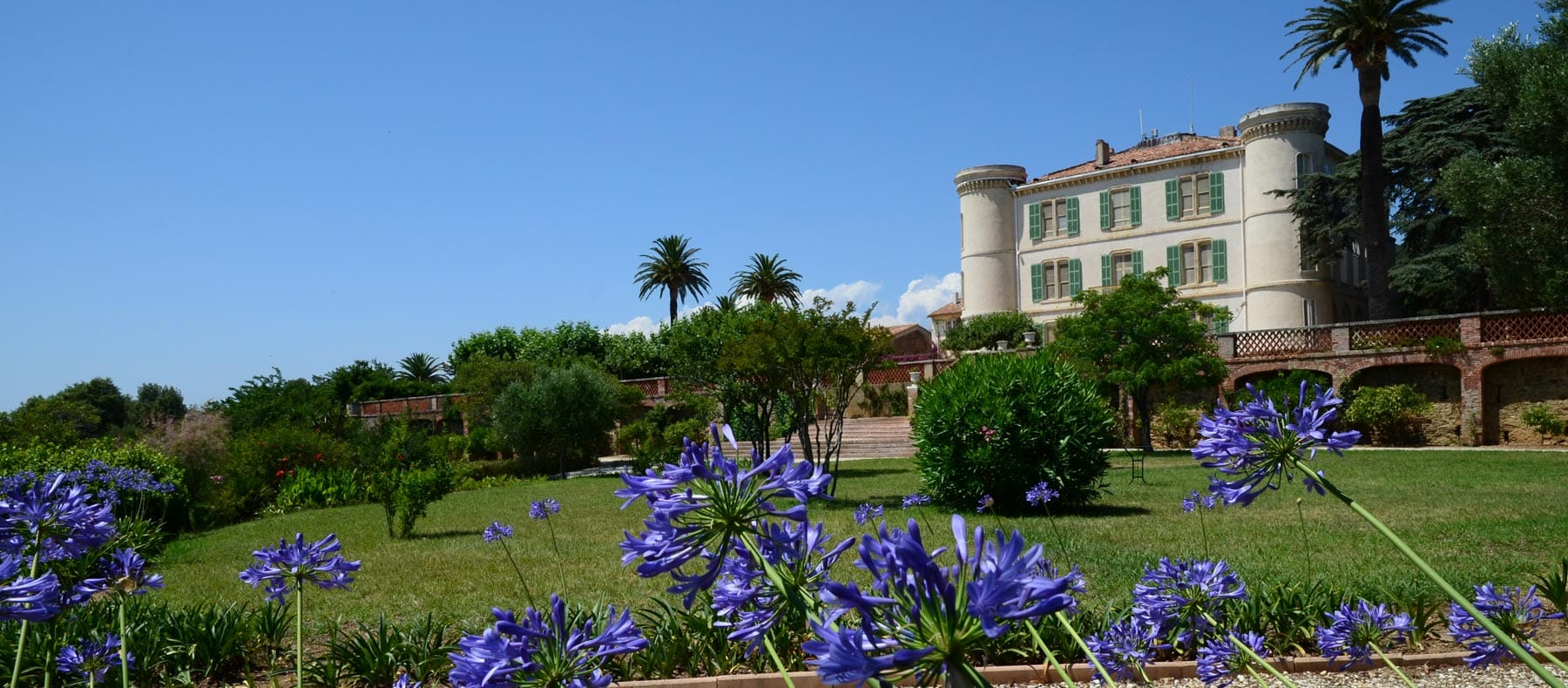 château en bordure de Méditerranée