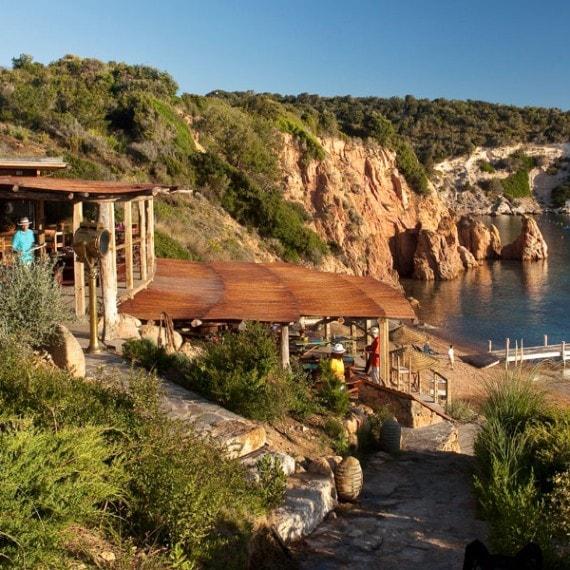 Mariage rustique chic en Corse du Sud - terrasse ombragée