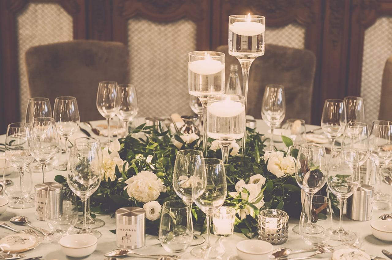 decoration de table - fleurs blanches et bougies - mariage chic en provence